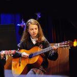 圣乔治国际学校的学生弹吉他