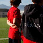 圣乔治国际学校的学生在运动场边
