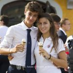 瑞士美国学校的学生在吃冰淇淋