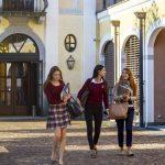 瑞士美国学校的学生们走出教学楼