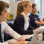 瑞士美国学校的学生在电脑上认真学习