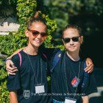 瑞士美国学校的学生戴着墨镜