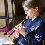瑞士美国学校的学生练习吹笛子