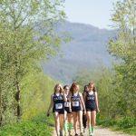 瑞士美国学校的学生身着运动服漫步在路上