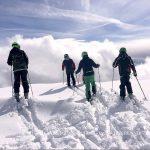 瑞士美国学校的学生们在雪地里准备滑雪