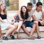 河内联合国国际学校的学生坐在校园里