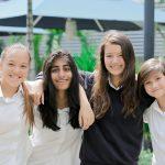 英华国际学校的学生们肩搭肩