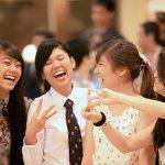 英华国际学校的学生聊天开怀大笑