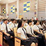 英华国际学校的学生在礼堂听课