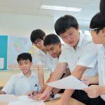 英华国际学校的学生进行小组讨论