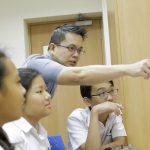 英华国际学校的老师给学生讲解