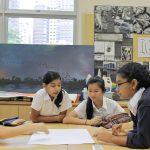 英华国际学校的学生在一起讨论问题