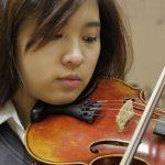 英华国际学校的学生拉小提琴