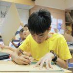 英华国际学校的学生写作业