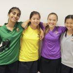 英华国际学校的学生肩搭肩合影