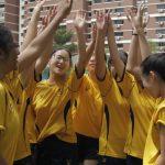 英华国际学校的学生欢呼