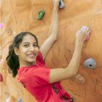 英华国际学校的学生攀岩