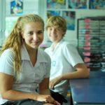 新加坡澳洲国际学校的学生在教室里微笑