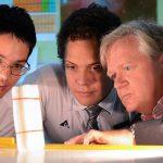 新加坡澳洲国际学校的学生和老师仔细观察试验结果