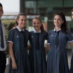 新加坡澳洲国际学校的学生们在校园里合影