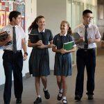 新加坡澳洲国际学校的学生们走在教学楼里