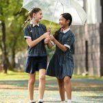 新加坡澳洲国际学校的学生撑伞走在校园里
