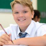 新加坡澳洲国际学校的学生拿着铅笔开心的看着镜头