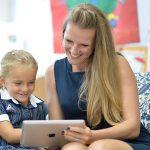 新加坡澳洲国际学校的老师指导学生在平板电脑上学习