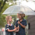 新加坡澳洲国际学校的2个小女孩一起撑伞