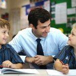 新加坡澳洲国际学校的老师和学生聊天