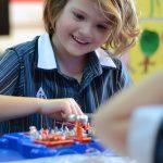 新加坡澳洲国际学校的学生开心的玩模型