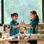 新加坡澳洲国际学校的学生玩积木