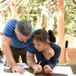 班珠尔美国国际学校的老师指导学生学习