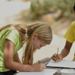 班珠尔美国国际学校的学生在写作业