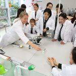 布兰克森霍尔亚洲学院的老师指导学生做实验