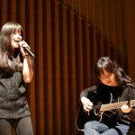 布兰克森霍尔亚洲学院的学生舞台上表演吉他和唱歌
