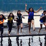 布兰克森霍尔亚洲学院的学生跳进水里