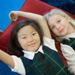 布兰克森霍尔亚洲学院的2个小女孩躺在靠垫上