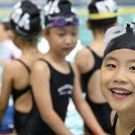 布兰克森霍尔亚洲学院的学生穿着泳衣准备游泳