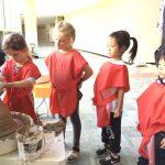 布兰克森霍尔亚洲学院的学生上陶艺课
