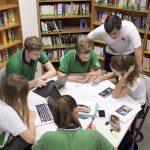 新加坡德国欧洲学校的老师辅导学生学习