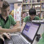 新加坡德国欧洲学校的学生在一起完成小组作业