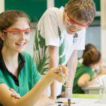 新加坡德国欧洲学校的学生做实验