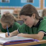 新加坡德国欧洲学校的学生写作业