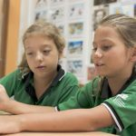 新加坡德国欧洲学校的学生一起看书