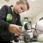 新加坡德国欧洲学校的学生做工程实验