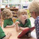 新加坡德国欧洲学校的学生向老师问问题