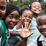 加纳国际学校的学生开心跟镜头打招呼