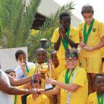加纳国际学校的老师颁奖给学生