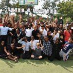 加纳国际学校的学生们在草坪上开心的欢呼